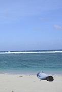 砂浜に打ち上げられた竜太朗。