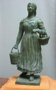 救援のために水を運ぶ婦人の像