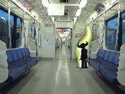 電車では立つ