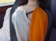 シートベルトで作る胸の谷間