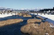 犀川、その川の流れのほとり。