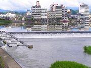 三隈川でほこ突き隊