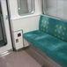 電車の席は角が落ち着く