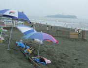 砂療法で健康に。海岸で砂浴。