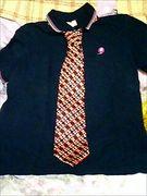 ポロシャツにネクタイ。