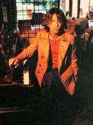 鍵盤を弾くTAKUROに惹かれる