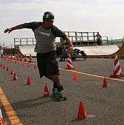 スケートボードスラローム