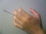 タバコは中指と薬指の間で吸う