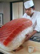 巨大寿司を愛でる