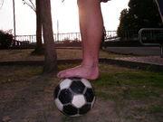 素足の少年ストリートサッカー