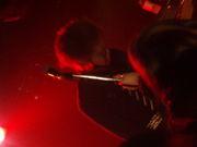 日本脳炎の左側のギターの人