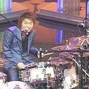 歌いながらドラム叩く人。