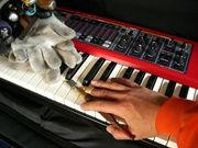 楽器を弾く職人