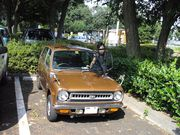 旧車に乗る男を持つ婦人会