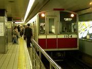 電車がカーブを通過します
