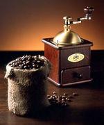 コーヒーミルで豆を挽いて飲む人