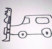 車とナンバープレートに挟まれる