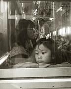電車の窓越しに人間観察をする