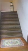階段でつまづく。